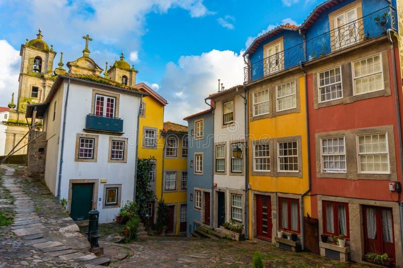 Visão da rua sobre os belos edifícios antigos com casas portuguesas imagens de stock
