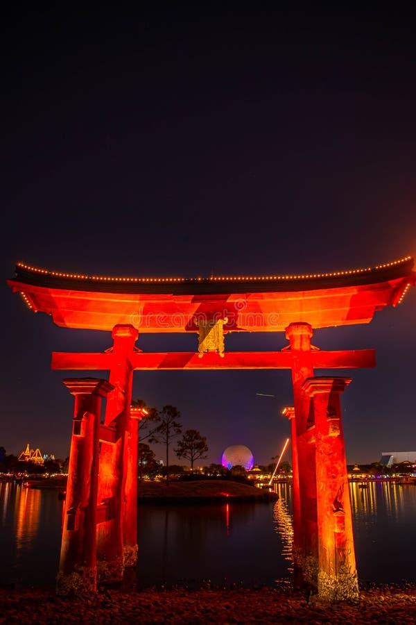 Visão espetacular do Epcot Forever Fireworks e do arco japonês no Walt Disney 4 fotos de stock