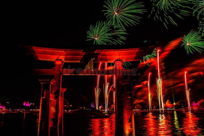 Visão espetacular dos fogos de artifício da Epcot Forever e do arco japonês no Walt Disney 20 fotografia de stock royalty free