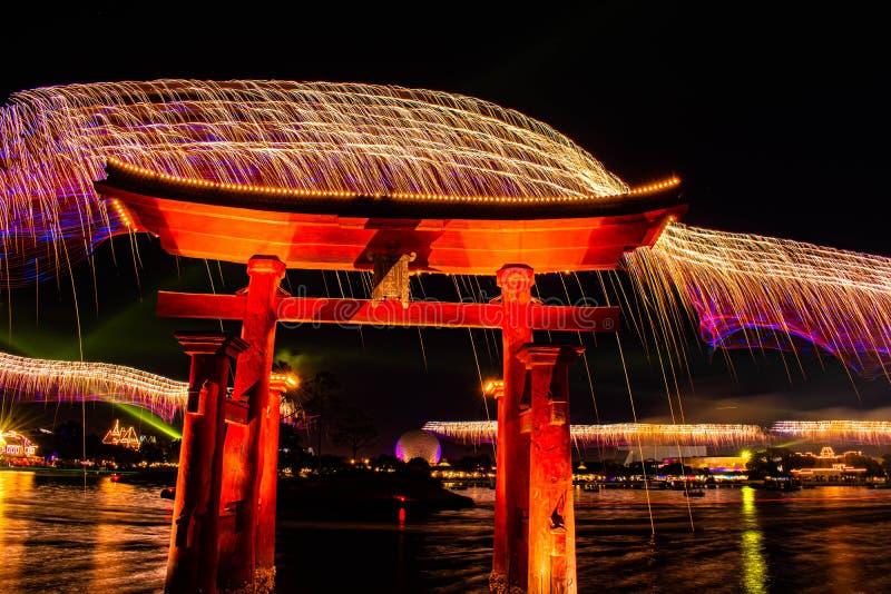 Visão espetacular dos fogos de artifício da Epcot Forever e do arco japonês no Walt Disney 24 foto de stock royalty free
