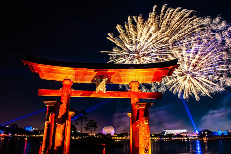 Visão espetacular dos fogos de artifício da Epcot Forever e do arco japonês no Walt Disney 26 fotos de stock royalty free