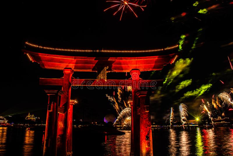 Visão espetacular dos fogos de artifício da Epcot Forever e do arco japonês no Walt Disney 24 foto de stock
