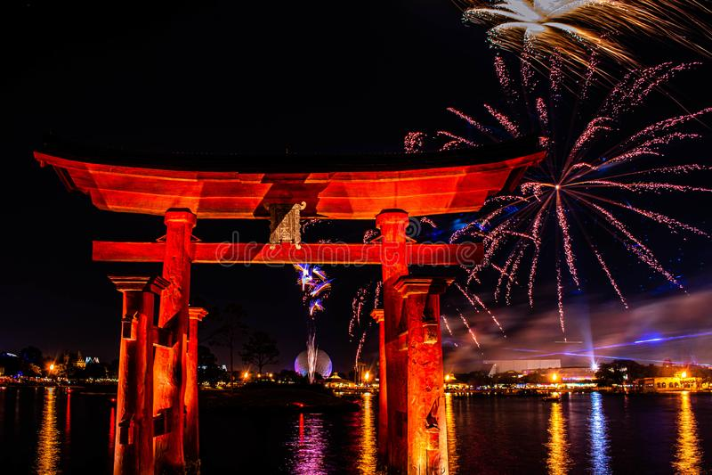 Visão espetacular dos fogos de artifício da Epcot Forever e do arco japonês no Walt Disney 23 imagem de stock royalty free