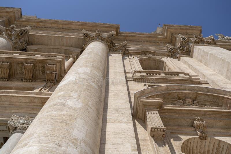 Visão inferior de São Pedro Basilica da entrada imagem de stock royalty free