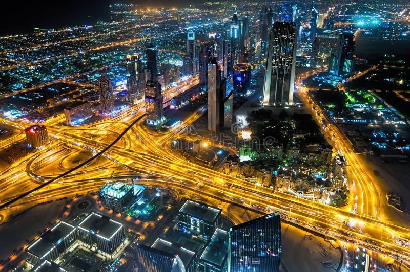 Visão noturna de Sheikh Zayed Road ' arranha-céus de s em Dubai, UAE fotografia de stock