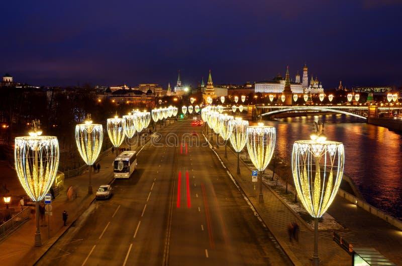Visão noturna do aterro de Prechistenskaya com iluminação festiva e do Kremlin de Moscou Moscou, Rússia fotografia de stock