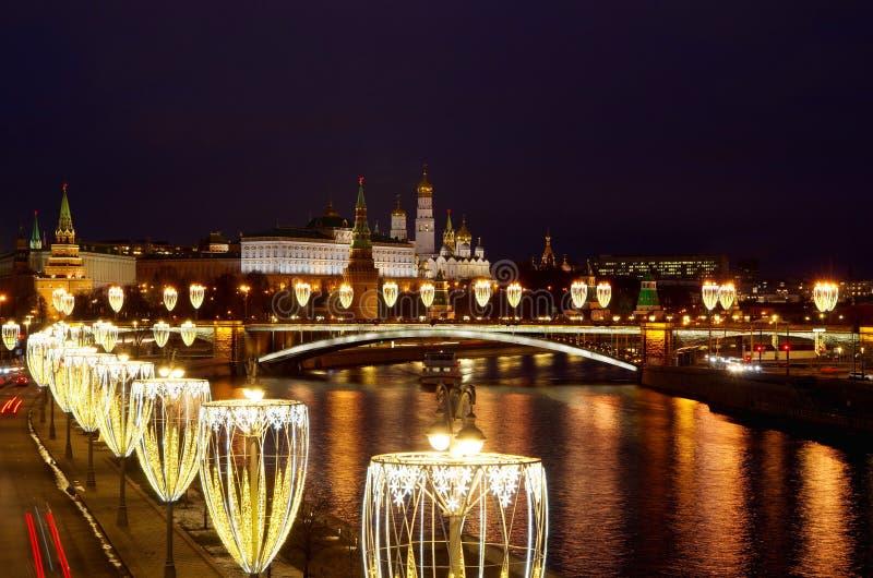 Visão noturna do Kremlin de Moscou com iluminação festiva Moscou, Rússia foto de stock