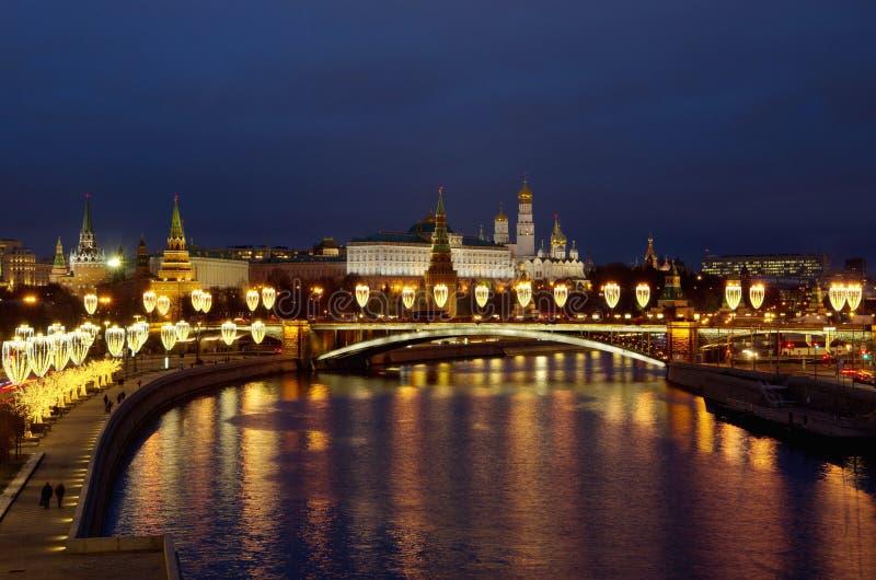 Visão noturna do Kremlin de Moscou e da ponte Big Stone com iluminação festiva Moscou, Rússia imagem de stock