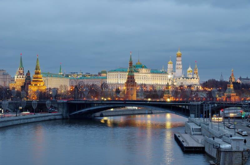 Visão noturna do Kremlin de Moscou e da ponte Big Stone em Moscou, Rússia imagem de stock royalty free