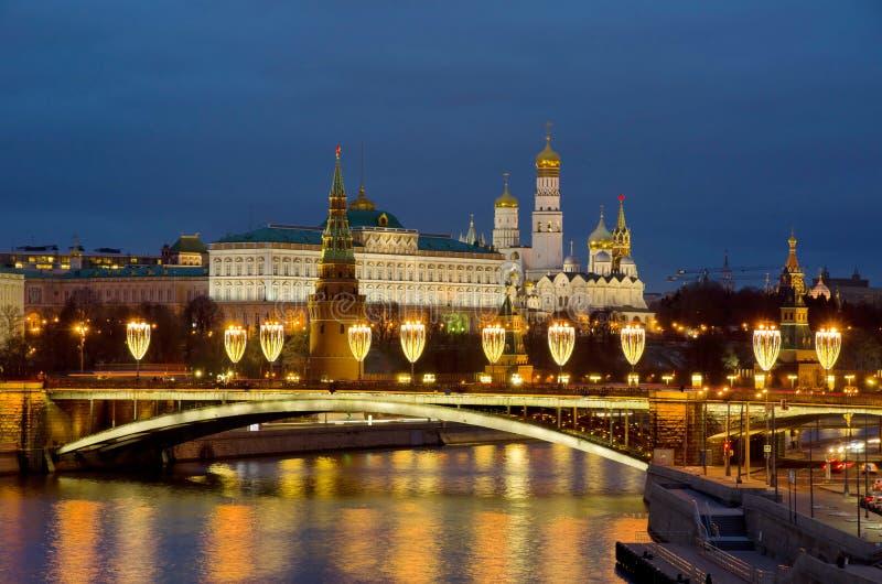 Visão noturna do Kremlin de Moscou e da ponte Big Stone da ponte Patriarcal Moscou, Rússia fotos de stock