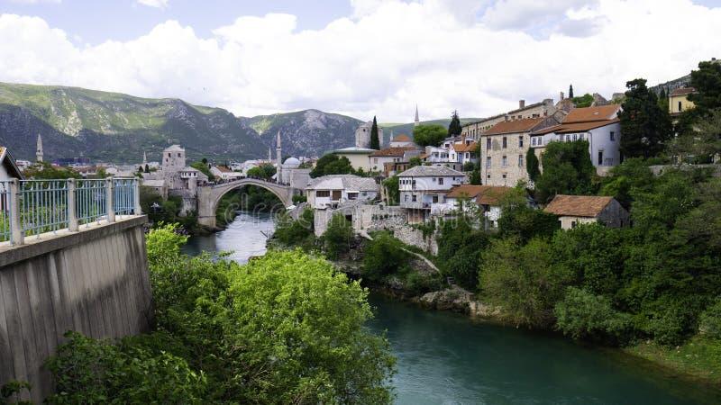 Visão panorâmica da cidade histórica de Mostar com a famosa Antiga Ponte Stari Most, Patrimônio Mundial da UNESCO desde 2005 imagens de stock