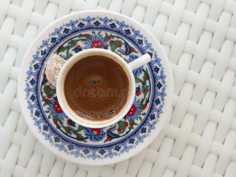 Visão superior do café turco na tradicional xícara de café com prazer turco foto de stock royalty free