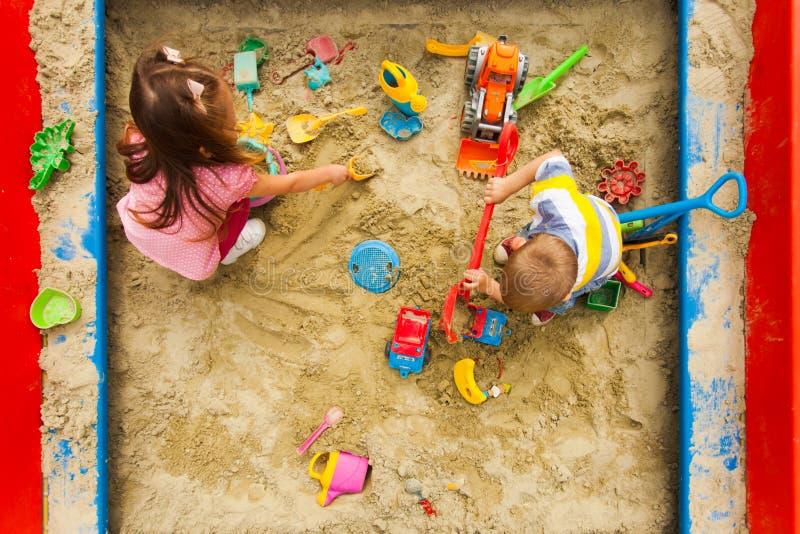 Visão superior dos jogos para crianças na caixa de areia fotografia de stock royalty free
