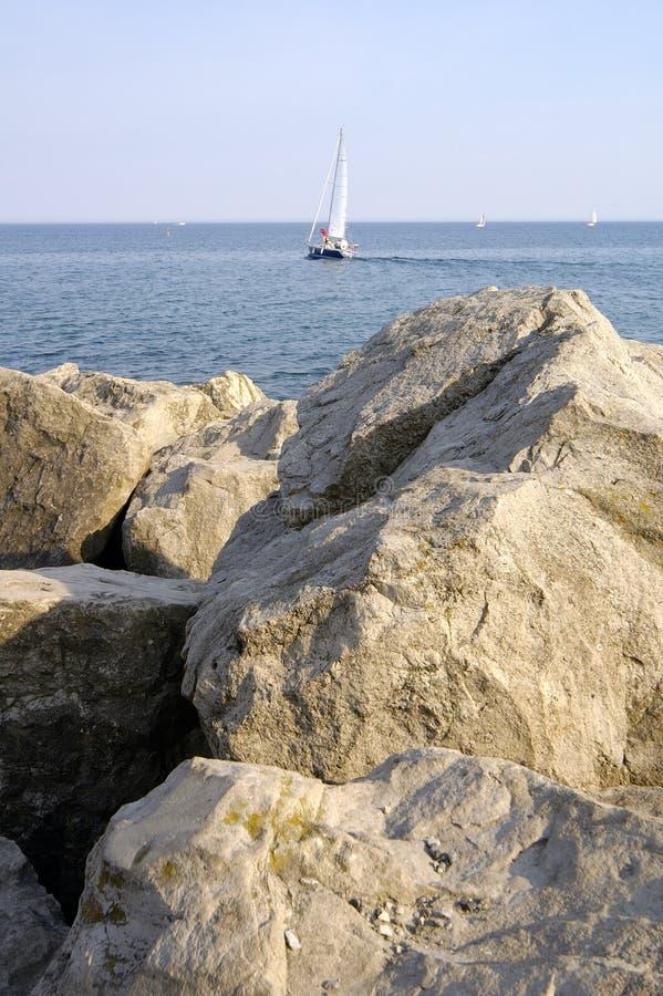 Visées rocheuses 2 de bateau à voiles image libre de droits