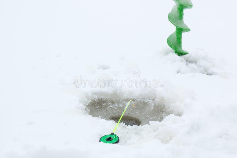 Vis de canne à pêche et de glace sur la glace photos libres de droits