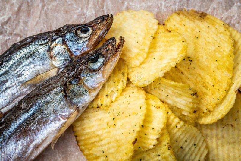 Vis met patat Droge vissen en gecanneleerde spaanders, een biersnack Hoogste mening Selectieve nadruk royalty-vrije stock afbeeldingen