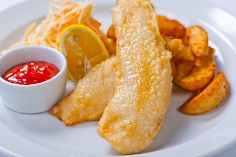 Vis met patat met salade en saus stock foto