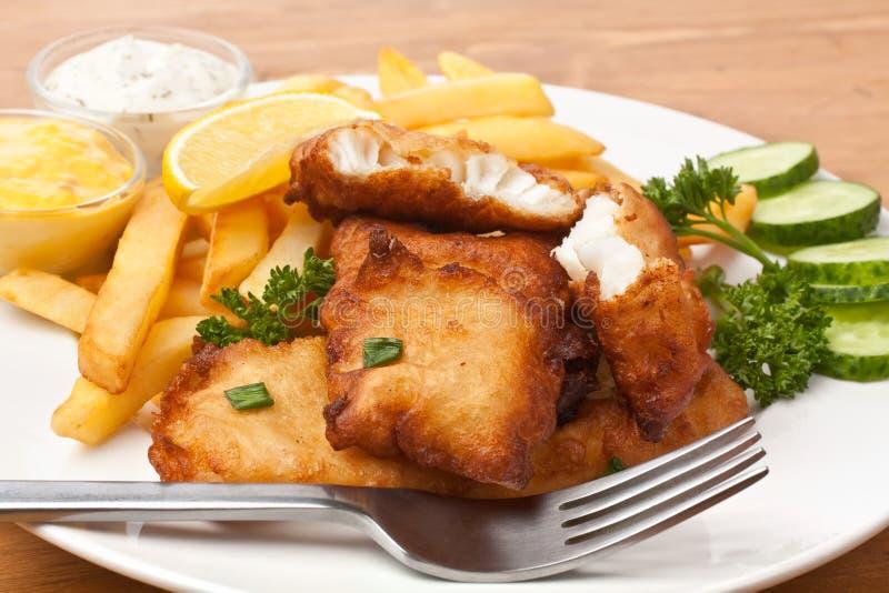 Vis met patat op een plaat royalty-vrije stock afbeeldingen