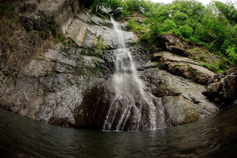 Vis-oog fotolandschap van de mooie waterval in het bos stock foto