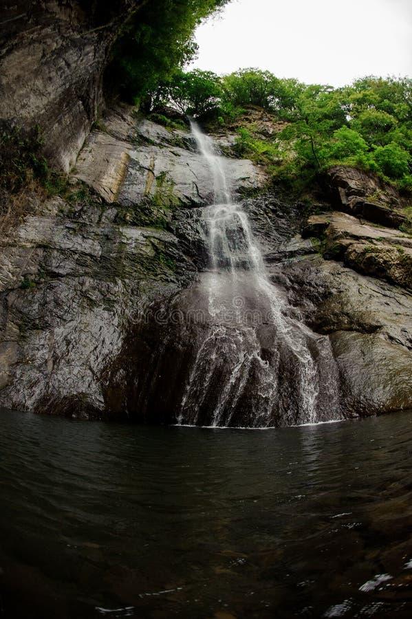 Vis-oog fotolandschap van de mooie waterval op de rotsen in het bos royalty-vrije stock foto's