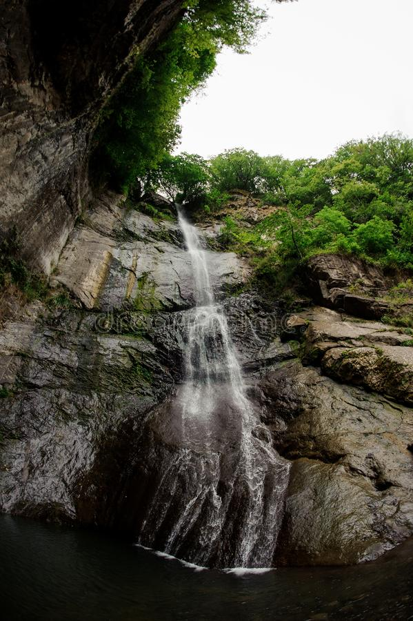 Vis-oog landschap van de mooie waterval op de rotsen in het bos royalty-vrije stock foto's