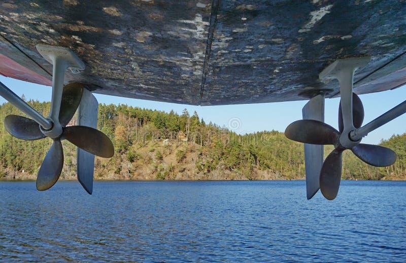 Vis-propulseurs au-dessus d'une eau photo libre de droits