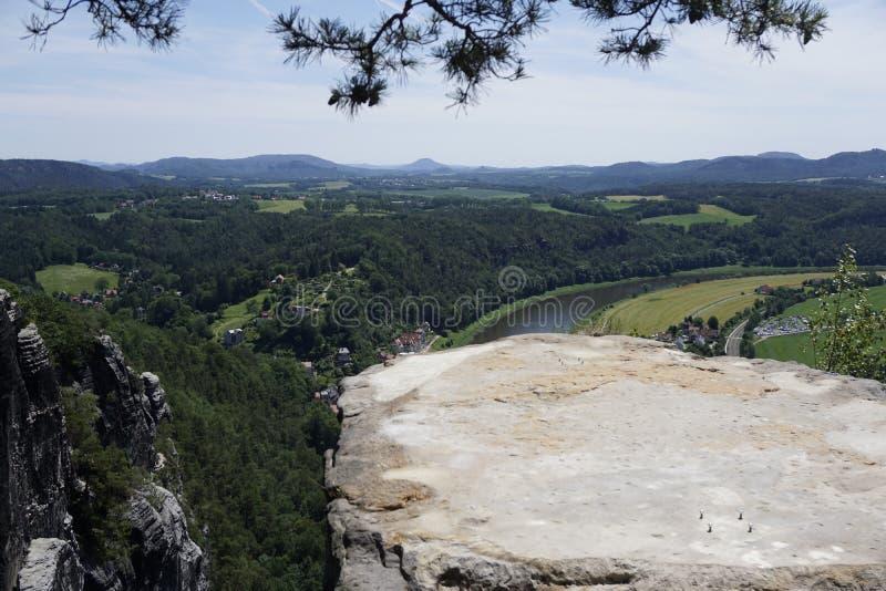Visa över Tiedgestein och Elbe-floden till Böhmen Schweiz royaltyfri fotografi