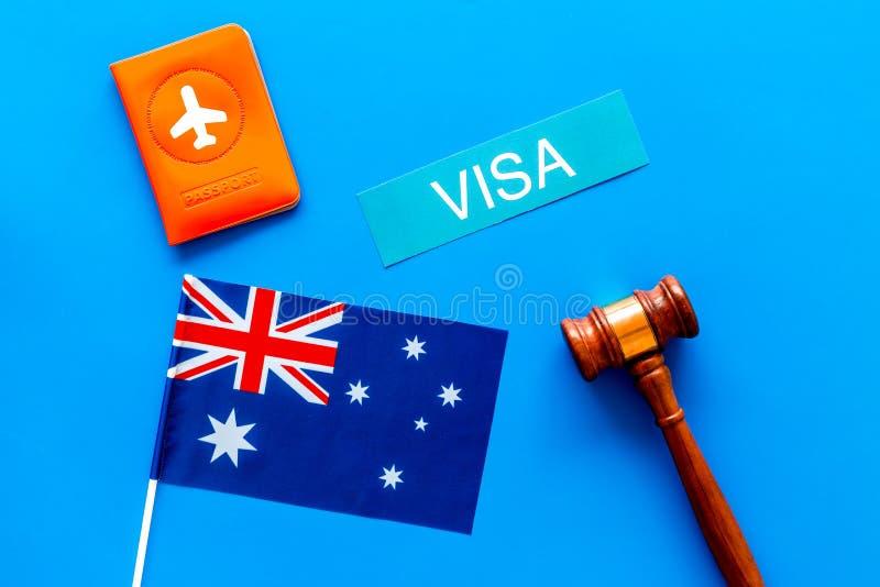 Visa al concepto de Australia Visa del texto cerca de la cubierta y de la bandera australiana, martillo del pasaporte en la opini foto de archivo