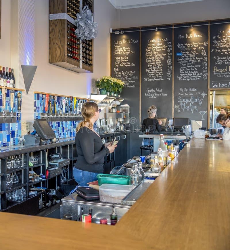 Visa baren från ett kaffehus som fångats i McKinney, Texas, Förenta staterna royaltyfri bild
