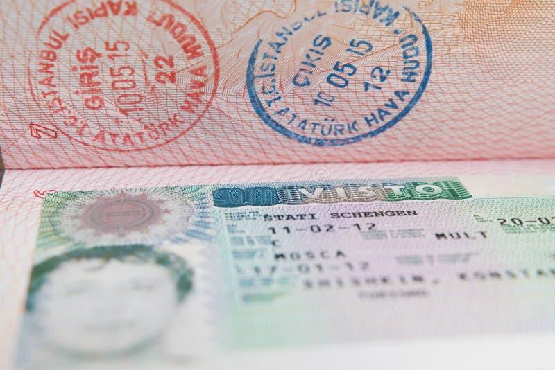 Visa en el pasaporte ruso, identificación de Shengen del viaje imágenes de archivo libres de regalías