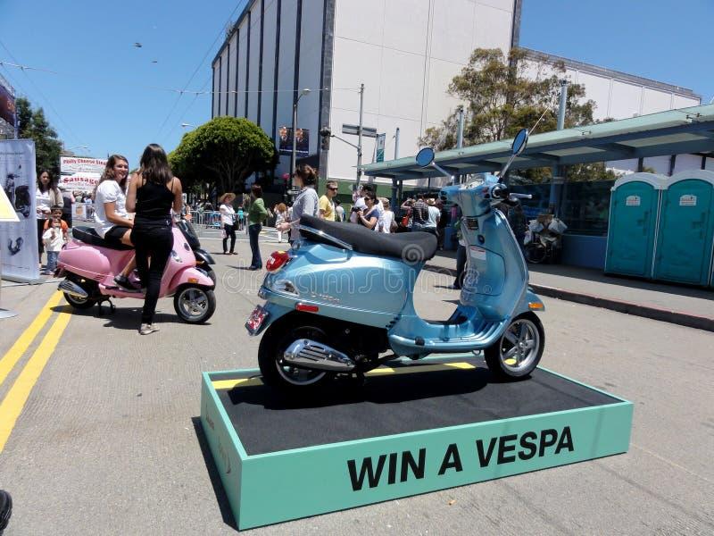 Visa en Vespa Motor Scooter som gatutäkt royaltyfri fotografi