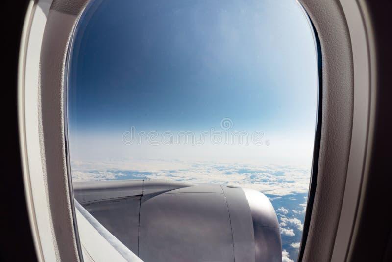 Visa från flygplansfönster från plan arkivbild