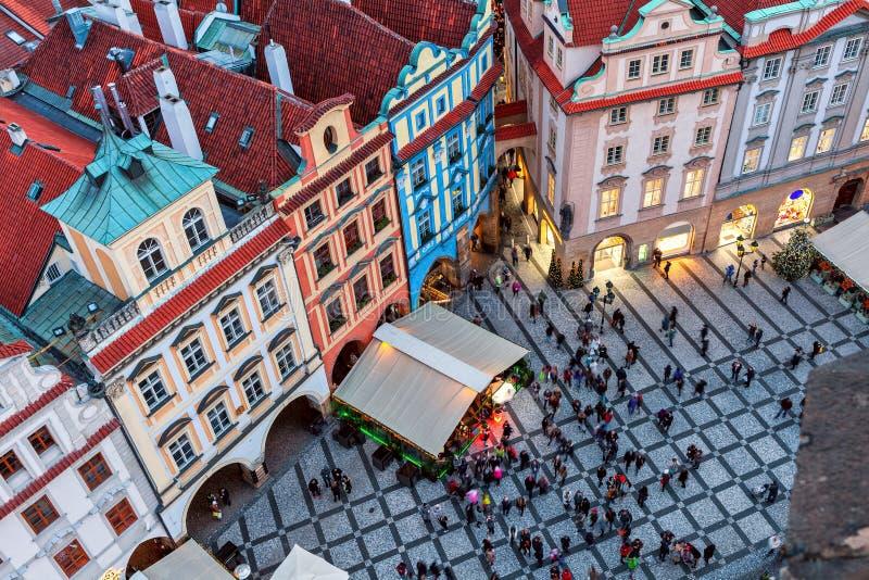 Visa från ovan på små fyrkantiga och gamla byggnader i Prag royaltyfria foton