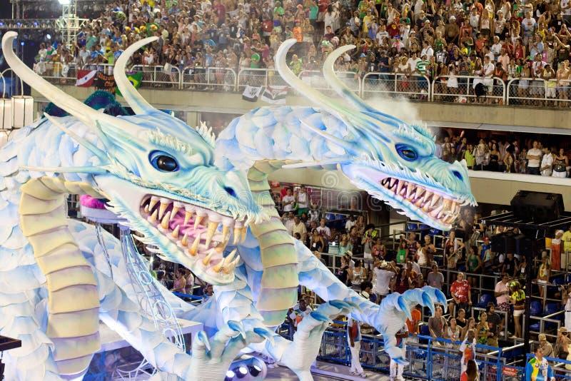 Visa med garneringar av drakar på karnevalet Sambodromo i Rio de Janeiro royaltyfri foto