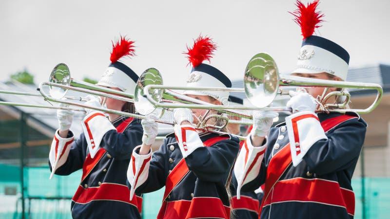 Visa musikbandet med levande musik som spelar blåsinstrument i likformig, t arkivbilder