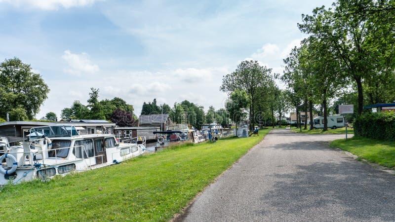 Visa på campingplats i hamn och väg till mobila hem royaltyfri foto