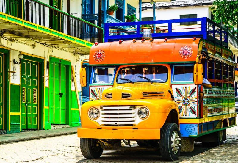 Visa på en typisk färglös kycklingbuss nära Jerico Antioquia, Colombia, Sydamerika fotografering för bildbyråer