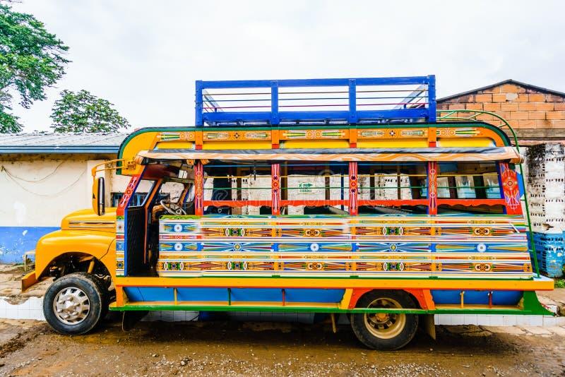 Visa på en typisk färglös kycklingbuss nära Jerico Antioquia, Colombia, Sydamerika arkivbilder
