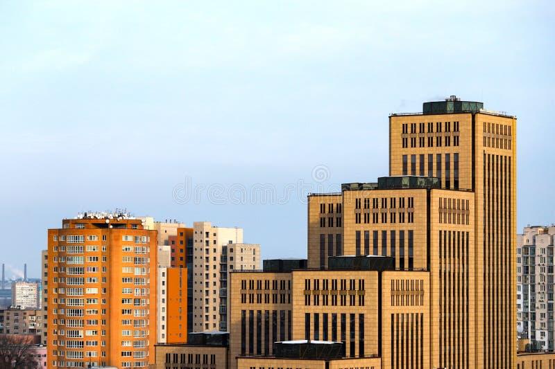 Visa storstaden, höga gula byggnader, torn och skyskrapor i centrala staden Dnipro, Dnepropetrovsk Ukraina arkivbild