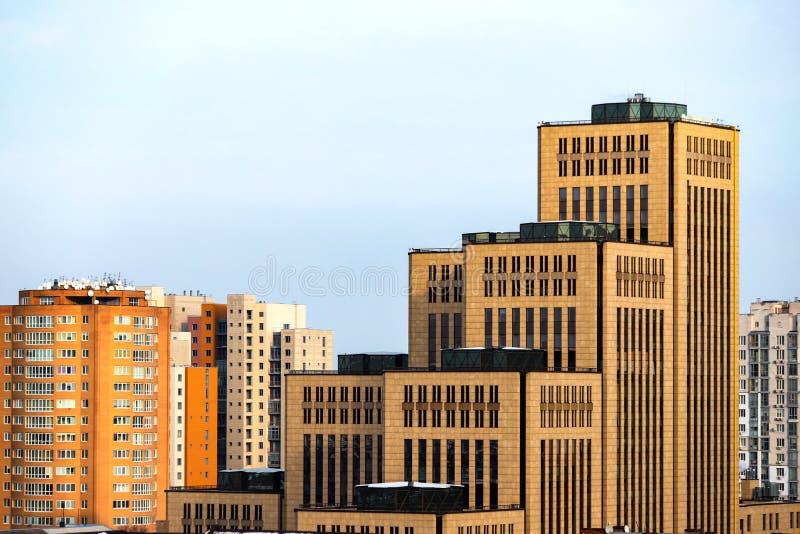 Visa storstaden, höga gula byggnader, torn och skyskrapor i staden Dnipro, Dnepropetrovsk Ukraina royaltyfria foton