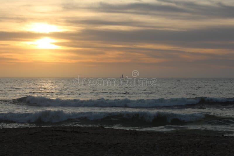 Visa vågor i Sand City-stranden i Monterey County, Kalifornien, Förenta staterna arkivfoton
