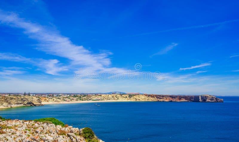 Visa vid kustlinjen med hav och strand vid Sagres i Algarve i Portugal arkivbilder