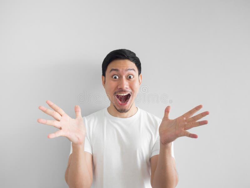 Visage étonné d'homme heureux dans le backgroun gris-clair de chemise blanche photos libres de droits