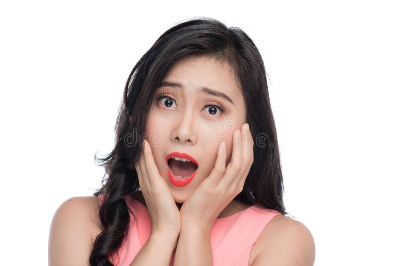 Visage étonné de jeune femme asiatique au-dessus de blanc photo stock