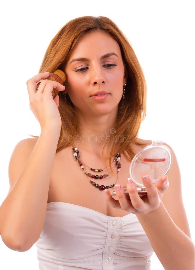 Jolie femme appliquant le maquillage images stock