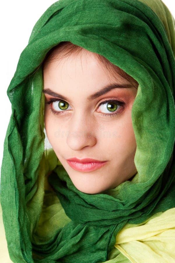 Visage avec les yeux verts et l'écharpe photographie stock