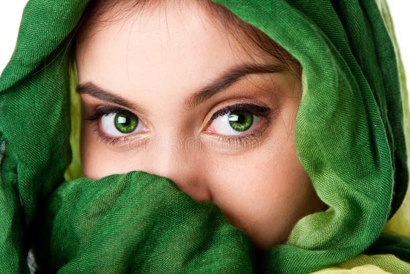 Visage avec les yeux verts et l'écharpe photos libres de droits
