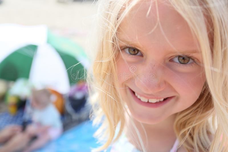 Visage blond mignon de l'âge 7 de fille images stock