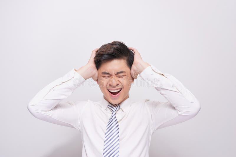 Visage choqué d'homme asiatique dans la chemise blanche sur le fond gris photographie stock