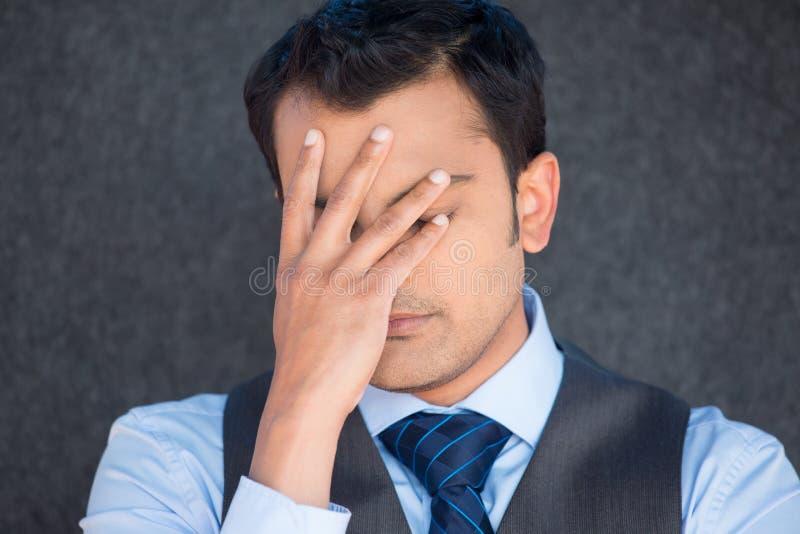 Visage déprimé de bâche d'homme avec la main images libres de droits